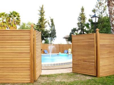 celosias de madera alrededor de una piscina