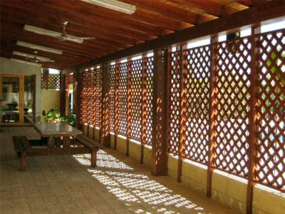 celosias de madera en una terraza de un chalet