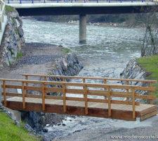 puente de madera en un río
