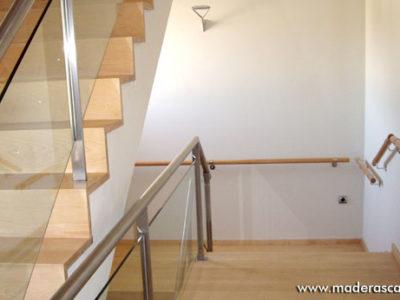 peldaños de madera en las escaleras de un hogar