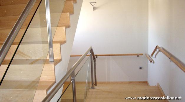 peldaos de madera en las escaleras de un hogar