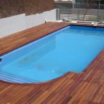 tarima flotante en una piscina